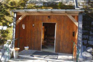 Eingang zum Haupthaus und zur Selbstversorgerküche.